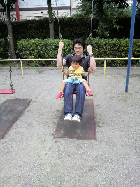 公園でブランコ