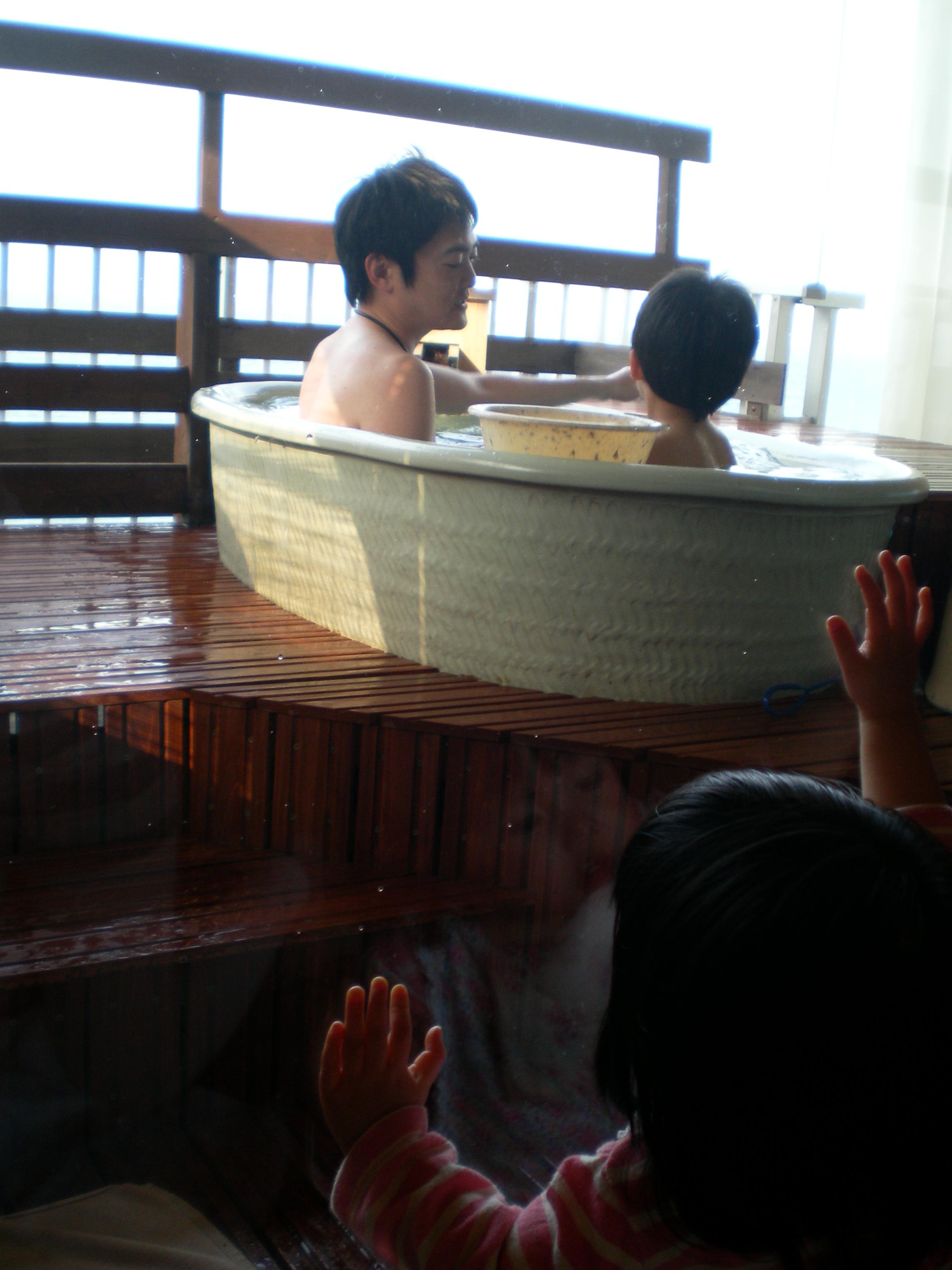 温泉に入る父と兄をみる