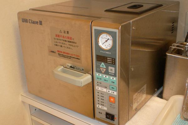使用した器具は、オートクレーブ(高圧蒸気滅菌器)で滅菌・消毒処理します。