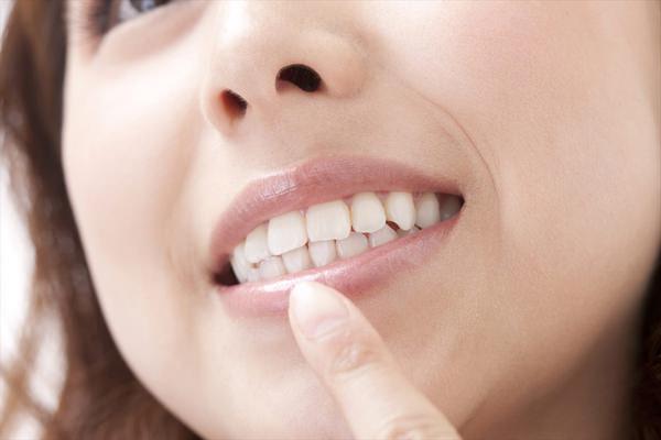 白い歯で素敵な口元を